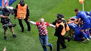 La sécurité du parc des Princes éconduit un supporter croate, après le but de Luka Modric contre la Turquie, dimanche 12 juin 2016 au parc des Princes. (PHILIPPE LOPEZ / AFP)