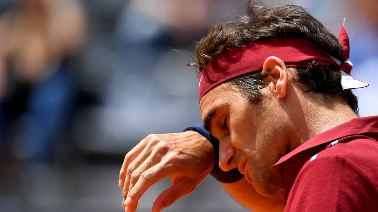 Le Suisse Roger Federer lors de son match contre l'Autrichien Dominic Thiem, le 12 mai 2016 à Rome (Italie). (TIZIANA FABI / AFP)