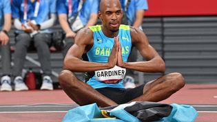 Steven Gardiner après avoir remporté la médaille d'or sur le 400 m au stade national olympique de Tokyo, le 5 août (ANDREJ ISAKOVIC / AFP)