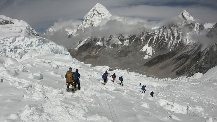 Des alpinistes effectuant l'ascension du mont Everest, le 29 avril 2018. (PHUNJO LAMA / AFP)