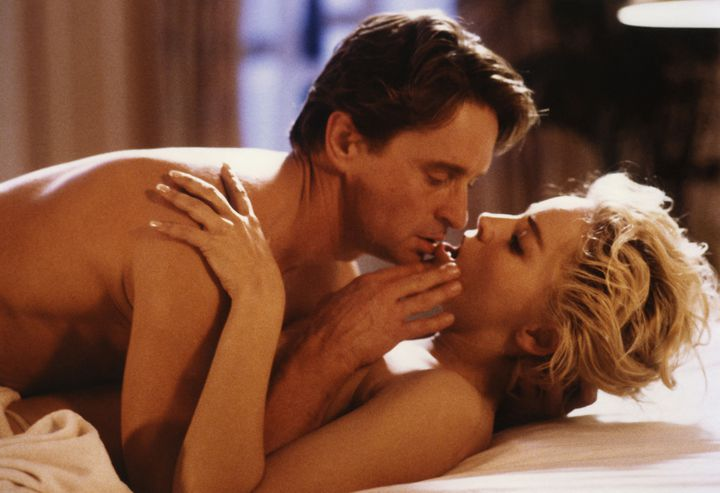 """Dans """"Basic instinct"""", sorti en 1992, Michael Douglas et Sharon Stone. (CAROLCO PICTURES / COLLECTION CHRISTOPHEL VIA AFP)"""