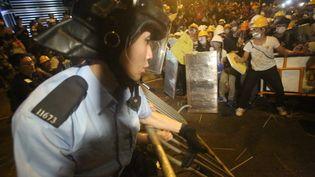 Heurts entre la police et les manifestants à Hong Kong dans la nuit du 30 novembre au 1er décembre 2014. (EYEPRESS NEWS / AFP)