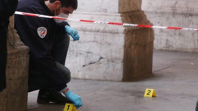 (La police judiciaire prélève des indices sur les lieux de l'agression © Maxppp)