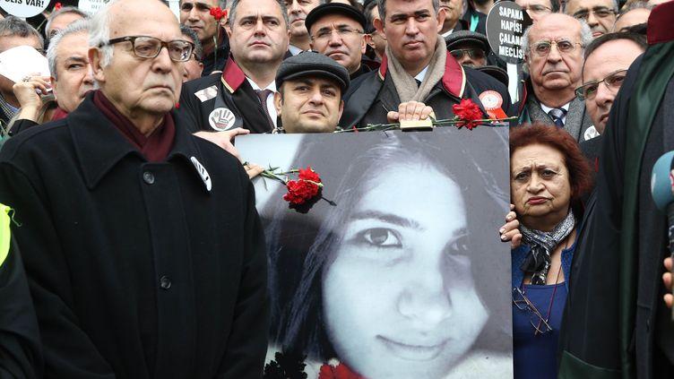 Des manifestants participent à une minute de silence en hommage à l'étudianteÖzgecan Aslan, le 16 février 2015, à Ankara (Turquie). (ADEM ALTAN / AFP)