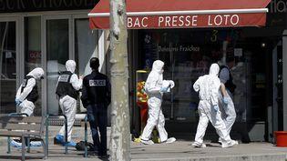 Des membres de la police technique et scientifique entrent dans un commerce visé par une attaque terroriste, le 4 avril 2020, à Romans-sur-Isère (Drôme). (MAXPPP)