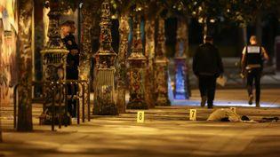 Les policiers se livrent aux premières constatations après une attaque au couteau, quai de la Loire, dans le 19e arrondissementde Paris, le 9 septembre 2018. (ZAKARIA ABDELKAFI / AFP)