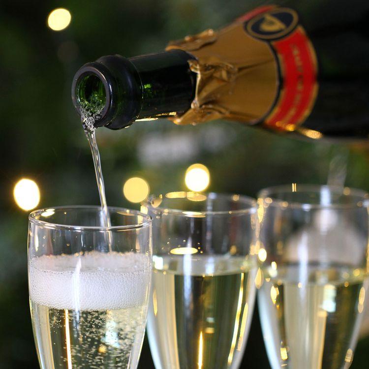 Lors d'un grand réveillon du Nouvel An, exclus à cause de l'épidémie, certains préfèrent le champagne et un bon déjeuner en famille devant la télé.  (MAXPPP)