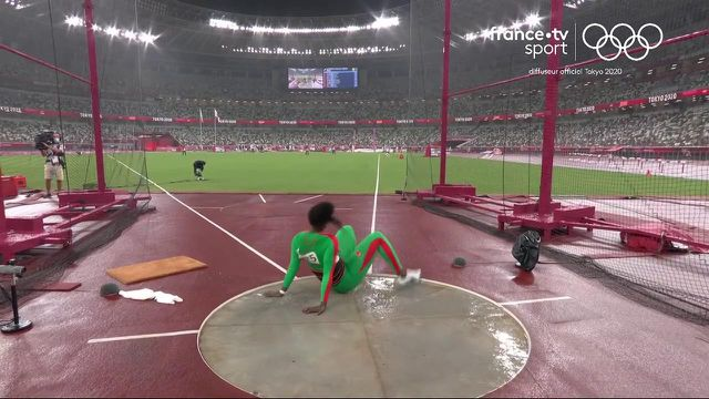 Liliana Ca fait les frais des conditions météorologiques capricieuses en cette fin de journée tokyoïte. La lanceuse de disque portugaise glisse lors d'un essai, alors même qu'elle est 4e du concours au moment de l'interruption.