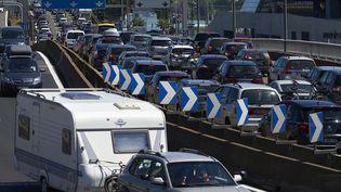 Un embouteillage sur l'autoroute A7 près de Lyon (Rhône), le 6 juillet 2016. (JEAN-PHILIPPE KSIAZEK / AFP)