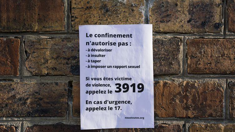 Une affiche de l'association NousToutes, en soutien aux victimes de violences conjugales, physiques et sexuelles dans le contexte du confinement, placardée à Paris le 25 mars 2020. (DENIS MEYER / HANS LUCAS)