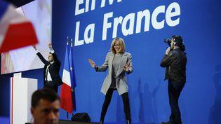 Brigitte Macron au côté de son mari, peu après l'annonce des résultats du premier tour de l'élection présidentielle, le 23 avril 2017 à Paris. (DENIS ALLARD / REA)
