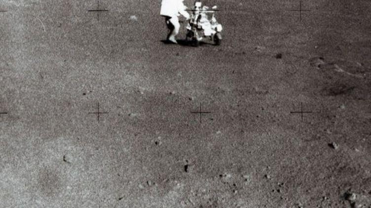 Edgar D.Mitchell transportant de l'équipement sur la Lune (mission Apollo 14), le 5 février 1971 (AFP/RIA NOVOSTI)
