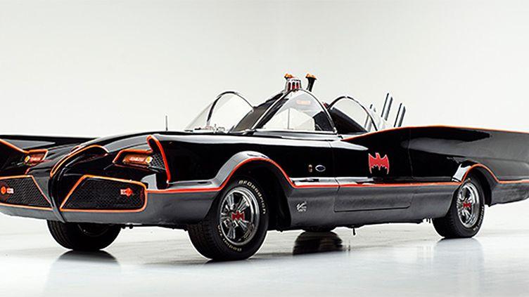 La Batmobile originale, basée sur une Lincoln Futura 1955 customisée.  (Barrett-Jackson Showroom)