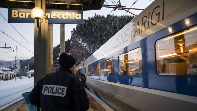 Un officierde police français embarque dans un train en direction de Paris, le 12 janvier 2018 en gare de Bardonecchia (Italie). (PIERO CRUCIATTI / AFP)