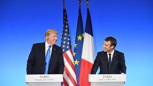 Le président Donald Trump et le président français Emmanuel Macron lors d'une conférence de presse conjointe à l'Elysée, le 13 juillet 2017. (ALAIN JOCARD / AFP)