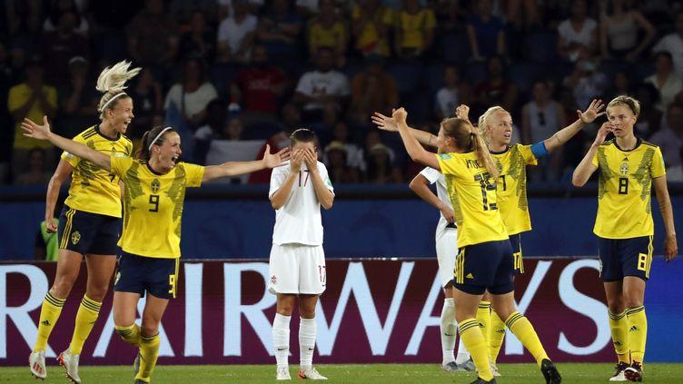 Les Suédoises célèbrent leur victoire face au Canada, au Parc des Princes, le 24 juin 2019. (THOMAS SAMSON / AFP)