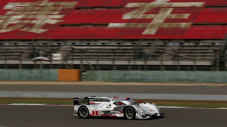 L'Audi R18 e-tron quattro devance une Toyota TS030 Hybrid, lors de la Journée Test des 24h du Mans. (AUDI COMMUNICATIONS MOTORSPORT / AUDI COMMUNICATIONS MOTORSPORT)