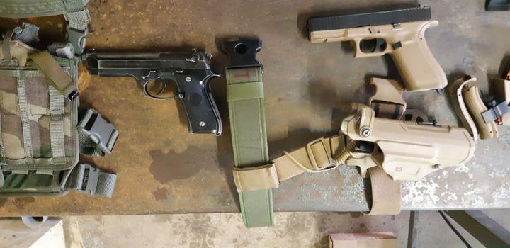 A droite, le Glock 17, la nouvelle arme de poing en dotation dans les armées françaises. A gauche, l'un de ses prédécesseurs, le Pamas datant des années 80. (FRANCK COGNARD / RADIO FRANCE)