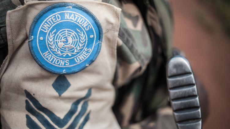 Un Casque bleu en mission patrouille dans les rues deGamboula enCentrafrique, le 6 juillet 2018. (FLORENT VERGNES / AFP)