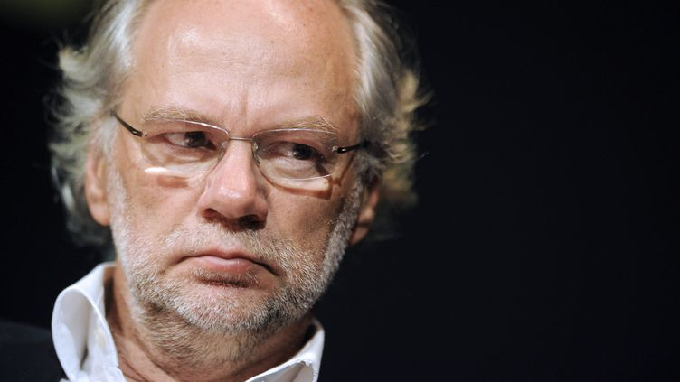 """Laurent Joffrin participe à une réunion à """"Libération"""", le 15 avril 2011, à Paris. (DAMIEN MEYER / AFP)"""