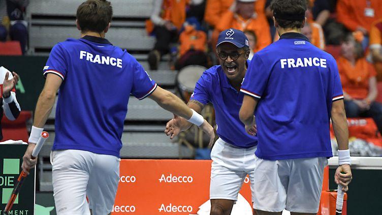 Noah encourageant la paire française Mahut/Herbert. (JEAN-PIERRE CLATOT / AFP)