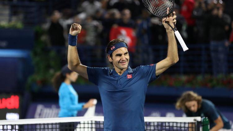 Roger Federer fête sa victoire au tournoi de Dubaï, le 2 mars 2019, face à Stefanos Tsitsipas. (AHMED JADALLAH / REUTERS)