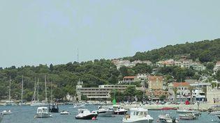 L'île de Hvar, en Croatie, est prisée des touristes pour ses paysages et ses eaux turquoises. Le prix des locations, des restaurants et des activités y est bien moins cher que dans d'autres stations balnéaires d'Europe. (CAPTURE D'ÉCRAN FRANCE 2)