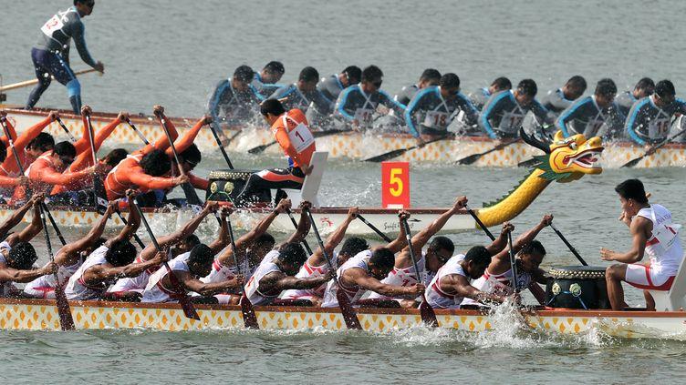L'épreuve des 500 mètres en bateau-dragon aux Jeux Asiatiques, à Guangzou (Chine), le 18 novembre 2010. (PHILIPPE LOPEZ / AFP)