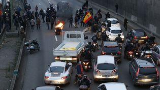 Des chauffeurs de taxis bloquent le périphérique au niveau de la porte Maillot, à Paris, le 26 janvier 2016. (THOMAS SAMSON / AFP)