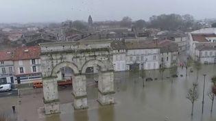 Inondations : les habitants de Saintes s'organisent face à une crue historique (France 2)