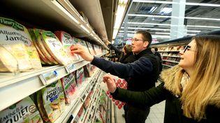 """De jeunes agriculteurs lors d'une opération """"viande de nulle part"""", dans un hypermarché Carrefour de Venette (Oise),le 26 mars 2015. Celle-ci visait à sensibiliser les consommateurs sur l'origine des produits. (  MAXPPP)"""