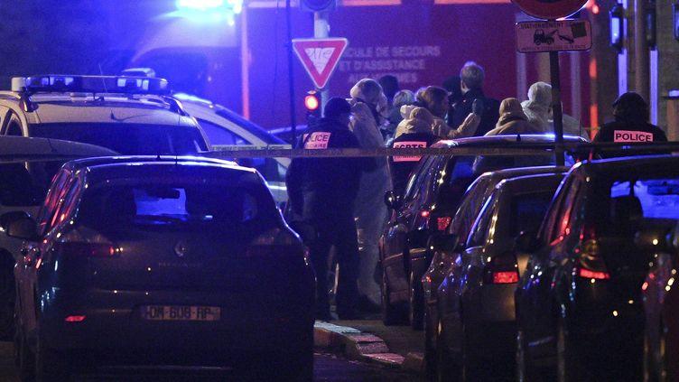 Des policiers relèvent des preuves à l'endroit ou Cherif Chekatt a été abattu, à Strasbourg (Bas-Rhin), le 13 décembre 2018. (SEBASTIEN BOZON / AFP)