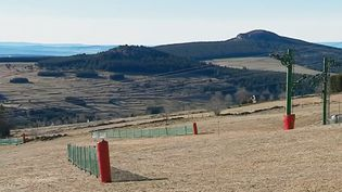 Dans le Massif central ou les Pyrénées, les vacanciers doivent renoncer au ski, faute de neige. (FRANCE 3)