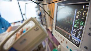 Un moniteur dans un service de réanimation, le 5 mai 2020, à l'hôpital de Périgueux (Dordogne). (ROMAIN LONGIERAS / HANS LUCAS / AFP)
