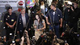 Conchita Wurst, chanteuse autricheinne victorieuse au concours de l'Eurovision, estaccueillie triomphalement à l'aéroport de Vienne (Autriche), le 11 mai 2014. (LEONHARD FOEGER / REUTERS)