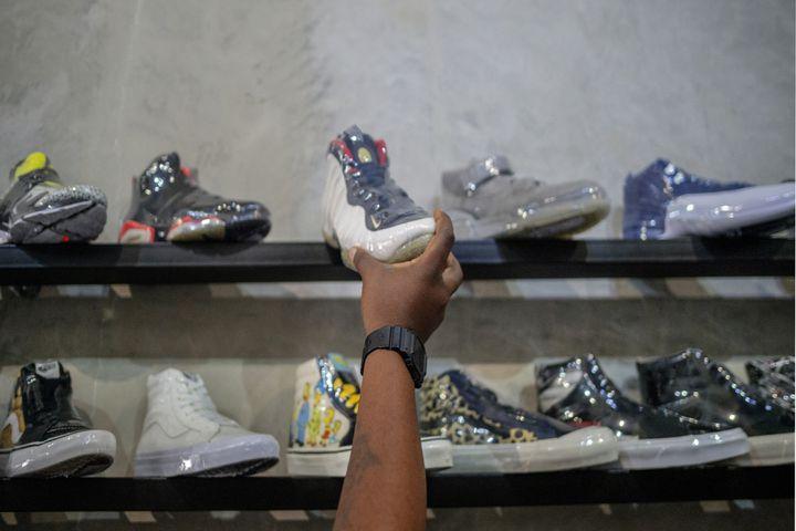 Une sneaker dans le magasin du revendeur de baskets vintage Court Order à Rosebank, Johannesburg, le 18 février 2021 (LUCA SOLA / AFP)