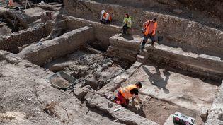 Le site de fouilles archéologiques à Clermont-Ferrand, le 31 mars 2021. (THIERRY ZOCCOLAN / AFP)