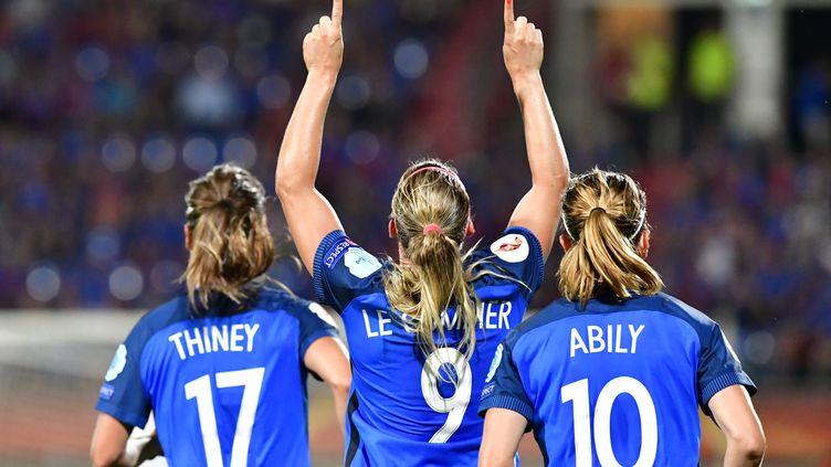 Gaëtane Thiney, Eugénie Le Sommer et Camille Abily, les cadres de l'équipe de France à l'Euro-2017 (TOBIAS SCHWARZ / AFP)