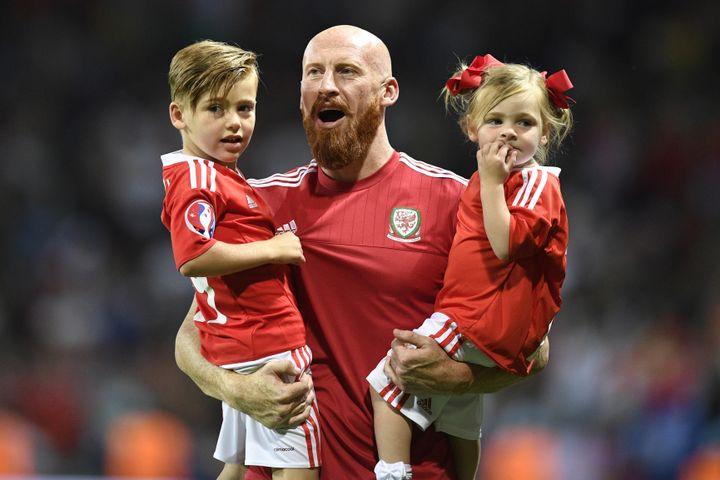 Le défenseur gallois John Collins a fêté la victoire sur les Russes avec ses enfants, lundi 20 juin à Toulouse (Haute-Garonne). (MARTIN BUREAU / AFP)