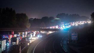 File de voitures et camions sur l'autoroute A1, bloquée par les gens du voyage, le 29 août 2015, à hauteur de Roye (Somme). (PHILIPPE HUGUEN / AFP)