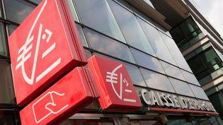 Une agence de la Caisse d'Epargne, en avril 2012 à Paris. (LOIC VENANCE / AFP)