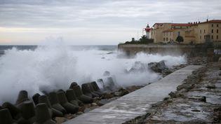Des vagues s'abattent sur la citadelle d'Ajaccio (Corse-du-Sud), le 11 décembre 2017. (PASCAL POCHARD-CASABIANCA / AFP)