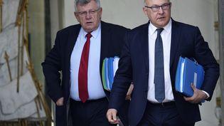 Michel Sapin (D), ministre des Finances, et Christian Eckert (G), secrétaire d'Etat au Budget, quittent l'Elysée, à Paris, le 15 avril 2015. (ERIC FEFERBERG / AFP)