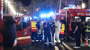 La police et les secours sur la promenade des Anglais,site de l'attentat de Nice, dans la nuit du 14 au 15 juillet 2016. (VALERY HACHE / AFP)