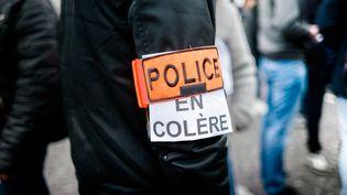 """Un """"policier en colère"""", le 26 octobre 2016 devant l'Assemblée Nationale. (SIMON GUILLEMIN / HANS LUCAS / AFP)"""