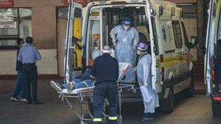 Des ambulanciers à l'hôpital San Jose, à Santiago (Chili), le 5 avril 2021. (MARTIN BERNETTI / AFP)