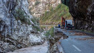 Des équipes sont mobilisées pour déblayer des débris, le 3 octobre 2020, dans la vallée de la Tinée (Alpes-Maritimes). (JEF BAECKER / HANS LUCAS  / AFP)