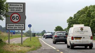 Des voitures traversant la frontière entre l'Irlande et l'Irlande du Nord, en juin 2016. (PAUL FAITH / AFP)