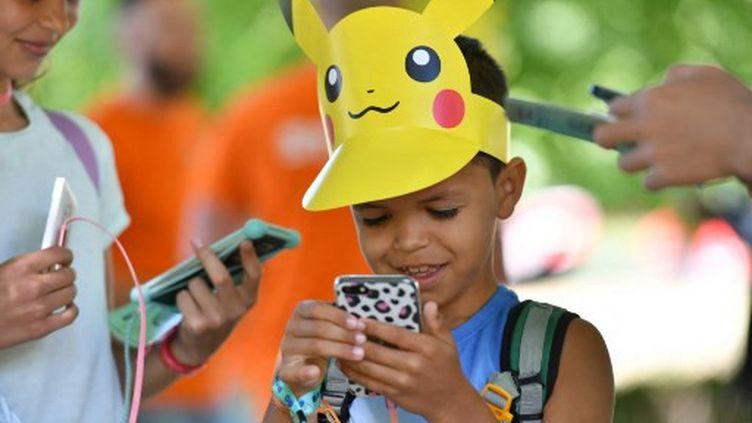 Un jeune garçon avec un chapeau Pikachu, en Suisse, le 4 juillet 2019 (INA FASSBENDER / AFP)
