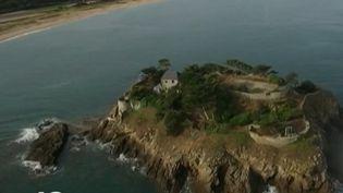 France 2 vous propose aujourd'hui de naviguer au large de la Bretagne à la découverte de l'île du Guesclin, perchée entre terre et mer, le paradis de Léo Ferré. (FRANCE 2)